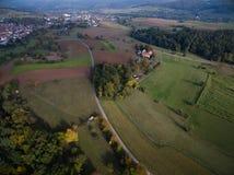 Widok z lotu ptaka: Miasteczko, pola i drzewa w jesieni, Zdjęcia Stock