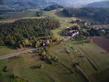 Widok z lotu ptaka: Miasteczko, pola i drzewa w jesieni, Obrazy Royalty Free