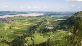 Widok z lotu ptaka miasteczko w Alpejskich górach Zdjęcia Royalty Free