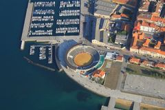Widok z lotu ptaka miasteczko w północy Hiszpania Ty możesz widzieć marina deptak Fotografia Royalty Free