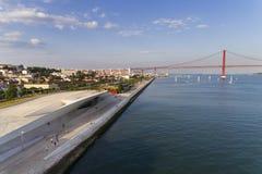 Widok z lotu ptaka miasto Lisbon z MAAT muzeum Tagus rzeką i 25 Kwietnia most na tle; Obraz Royalty Free