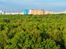 widok z lotu ptaka miasto park i mieszkaniowi domy obrazy stock