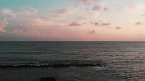 Widok z lotu ptaka miasto przy zmierzchem i morze śródziemnomorskie Cypr Paphos miasto zbiory wideo