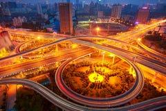 Widok z lotu ptaka miasto wiaduktu nocy drogowa scena Zdjęcia Stock