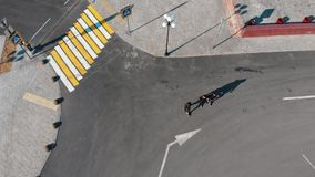 Widok z lotu ptaka miastowe ulicy crosswalk Trzy m??czyzny chodzi na drodze zbiory
