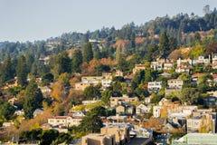 Widok z lotu ptaka mieszkaniowy sąsiedztwo budował na wzgórzu na pogodnym jesień dniu Fotografia Royalty Free