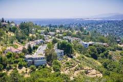 Widok z lotu ptaka mieszkaniowy sąsiedztwo na górze wzgórza Fotografia Royalty Free