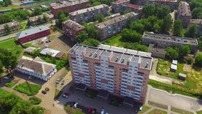 Widok z lotu ptaka mknący truteń lata nad dachem niedawno budujący dom zbiory wideo