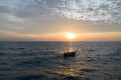 Widok z lotu ptaka morze z łodzią nad pięknym zmierzchem zdjęcia royalty free