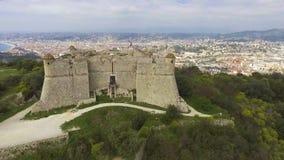 Widok z lotu ptaka morze śródziemnomorskie i stary forteca w Provence Alpes Cote dAzur zbiory wideo