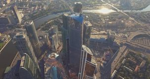 Widok z lotu ptaka Moskwa Międzynarodowy centrum biznesu przy wschód słońca gdy słońce będzie za chmurami Miast drapacz chmur z zbiory