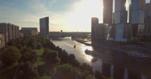 Widok z lotu ptaka Moskwa Międzynarodowy centrum biznesu przy wschód słońca gdy słońce będzie za chmurami Miast drapacz chmur z zdjęcie wideo