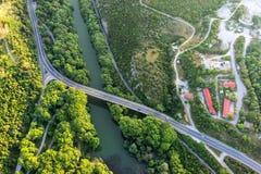Widok z lotu ptaka most i droga nad rzecznym Pinios Fotografia Stock