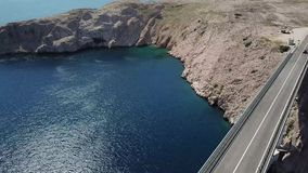 Widok z lotu ptaka most wyspa Pag, Chorwacja, droga Faleza przegapia morze zbiory wideo