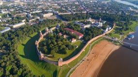 Widok z lotu ptaka na Świątobliwej Sophia katedrze Kremlin i Novgorod zdjęcia royalty free
