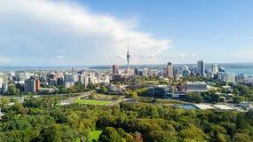 Widok z lotu ptaka na Auckland centrum miasta z Waitemata schronieniem na tle nowe Zelandii Zdjęcie Royalty Free