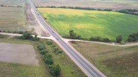 Widok z lotu ptaka na autostradzie z ci??ar?wkami i samochodami podr??uje na nim zbiory