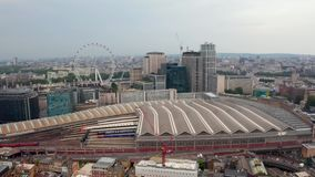 Widok z lotu ptaka na centrum Londynu z góry przy moście wieżowym zdjęcie wideo