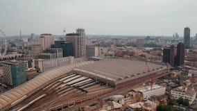 Widok z lotu ptaka na centrum Londynu z góry przy moście wieżowym zbiory