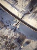 Widok z lotu ptaka na drogi i lasu krajobrazie w zimie przyprawia zdjęcia stock