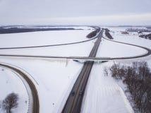 Widok z lotu ptaka na drogi i lasu krajobrazie w zimie przyprawia zdjęcie royalty free