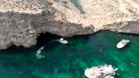 Widok z lotu ptaka na laguny oceaniczne z jachtami i łodziami rekreacyjnymi oraz na wakacje dla turystów pływających w wodach tur zbiory