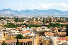 Widok z lotu ptaka na Larnaka z Grecką częścią w przodzie, turecczyzną za i zieloną liną w środku, zdjęcie stock