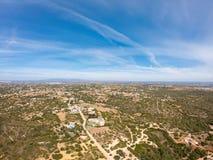 Widok z lotu ptaka na ma?ej wiosce, wie? w Lagoa, Portugalia Widok na domach przeciw niebieskiemu niebu z g?ry zdjęcia stock