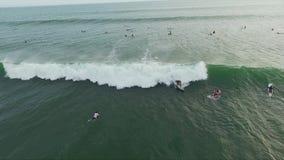 Widok z lotu ptaka na ocean zieleni powierzchni z surfingowami jedzie małe i duże fale zbiory wideo