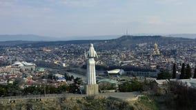 Widok z lotu ptaka na ogromnym mieście Tbilisi za od statuy Macierzysty Gruzja, 4k zdjęcie wideo