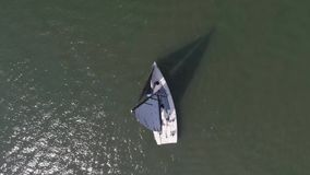 Widok z lotu ptaka na osamotnionym żeglarzie na głębokiej błękitne wody Samotna łódź na rzece Widok z lotu ptaka zielone wyspy i  zbiory wideo