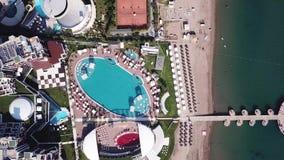 Widok z lotu ptaka na pałac lub luksusowym hotelu góry tłem i morzem klamerka Latać zdala od breathtaking zieleni zbiory wideo