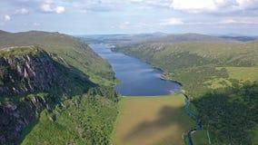 Widok z lotu ptaka na Park Narodowy Glenveagh z zamkiem i Loch w tle - hrabstwo Donegal, Irlandia zdjęcie wideo