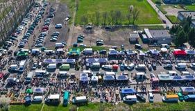 Widok z lotu ptaka na pchli targ z różnymi rzeczami i tłumami nabywcy i sprzedawców prowizoryczni stojaki zdjęcia stock