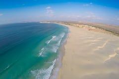 Widok z lotu ptaka na piasek diunach w Chaves plaży Praia De Chaves w Bo fotografia stock