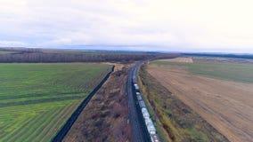 Widok z lotu ptaka na pociągu towarowym rusza się zdala od kamery zbiory wideo