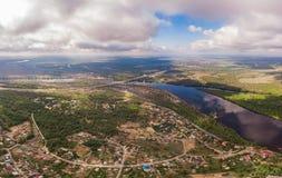 Widok z lotu ptaka na rzece i miasteczku Zdjęcia Stock