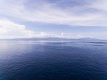 Widok z lotu ptaka na skałach i oceanie Zdjęcia Royalty Free