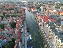 Widok z lotu ptaka na starym miasteczku z czerwień dachu budynkami w Polska obraz royalty free
