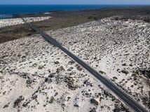 Widok z lotu ptaka nabrzeżna droga która krzyżuje zatoczki i plaże Mojà ³ n Blanco i spirala Caleta Lanzarote, wyspy kanaryjska, obraz royalty free