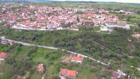 Widok z lotu ptaka nabrzeżna turystyczna wioska na wzgórzu, Athitos Halkidiki Grecja, oddolny ruch trutniem zbiory