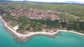 Widok z lotu ptaka nabrzeżna turystyczna wioska na wzgórzu, Athitos Halkidiki Grecja, rusza się naprzód trutniem i puszek zdjęcie wideo