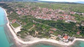 Widok z lotu ptaka nabrzeżna turystyczna wioska na wzgórzu, Athitos Halkidiki Grecja, rusza się naprzód trutniem zbiory wideo