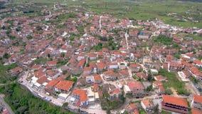 Widok z lotu ptaka nabrzeżna turystyczna wioska na wzgórzu, Athitos Halkidiki Grecja, w górę i posyła movementby trutnia zbiory wideo