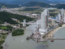 Widok z lotu ptaka nabrzeżny miasto przy spotkaniem morze i rzeka, miasto Balneà ¡ Rio Camboriú, Brazylia zdjęcie royalty free