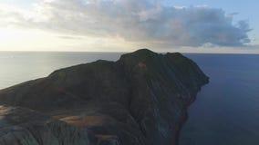 Widok z lotu ptaka nad śródpolną, Chilijską linią brzegową na chmurnym tle i strzał niesamowite krajobrazu zdjęcie wideo