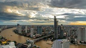 Widok z lotu ptaka nad Bangkok nowożytnym budynkiem biurowym w Bangkok biznesowej strefie blisko rzeki z zmierzchu niebem w Bangk Fotografia Stock