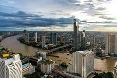 Widok z lotu ptaka nad Bangkok nowożytnym budynkiem biurowym w Bangkok biznesowej strefie blisko rzeki z zmierzchu niebem w Bangk Obrazy Royalty Free
