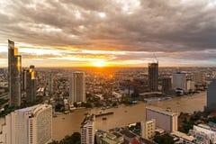 Widok z lotu ptaka nad Bangkok nowożytnym budynkiem biurowym w Bangkok biznesowej strefie blisko rzeki z zmierzchu niebem w Bangk Obraz Royalty Free