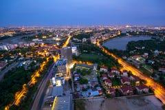Widok z lotu ptaka nad Bucharest przy półmrok panoramiczną linią horyzontu obrazy stock